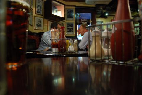 No pub, a conversa